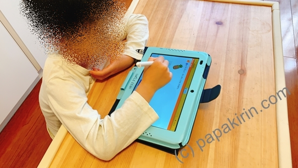 スマイルゼミで学習する小学1年生の次男の写真