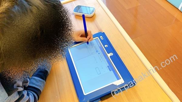チャレンジタッチで学習する小学5年生の長男の横顔の写真