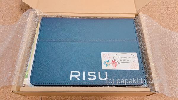 箱に入ったRISU算数のタブレットの写真